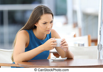 donna arrabbiata, pensare, in, uno, negozio caffè, terrazzo