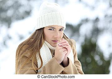 donna arrabbiata, sofferenza, in, uno, freddo, inverno