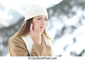 donna arrabbiata, usando, uno, sking, protezione, crema, in, inverno