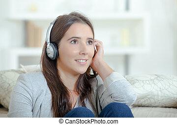 donna, ascoltando musica