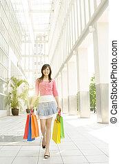 donna asiatica, camminare fuori, da, centro commerciale