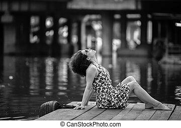 donna asiatica, su, uno, legno, fiume, banchina