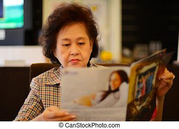 donna, asiatico, giornale, ritratto, anziano, lettura