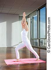 donna, attivo, yoga, su, stuoia