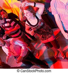 donna ballando, locale notturno