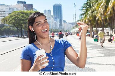 donna ballando, telefono, musica latina, ascolto