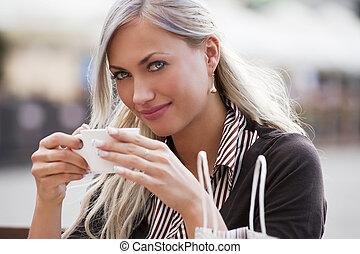 donna, bere, uno, tazza tè