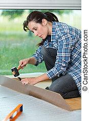 donna, bricolage, carino, usando, casa, martello