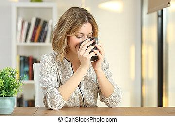 donna, caffè bevente, da, uno, tazza, a casa