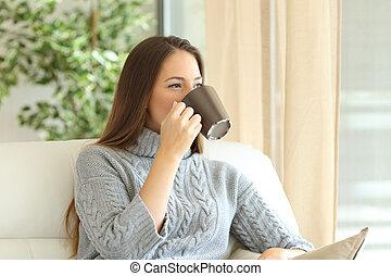 donna, caffè bevente, in, inverno