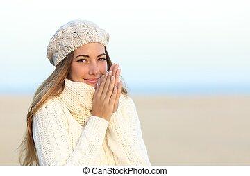 donna, caldamente, coperto, in, inverno, spiaggia