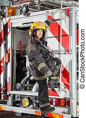 donna, camion fuoco, standing, stazione