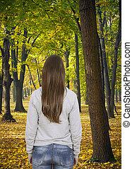 donna camminando, in, foresta autunno