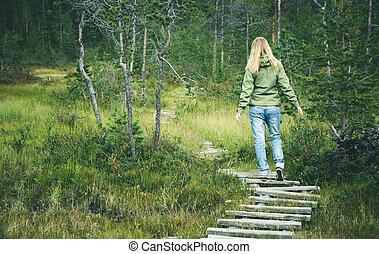 donna camminando, in, foresta