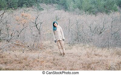 donna camminando, in, il, woods.