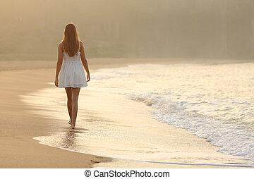 donna camminando, sabbia, di, il, spiaggia