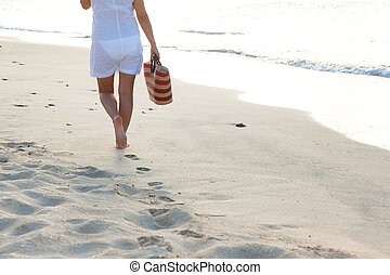 donna camminando, solo, spiaggia