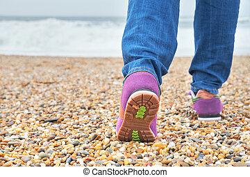 donna camminando, su, il, spiaggia.