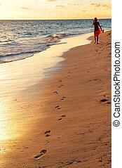 donna camminando, su, spiaggia