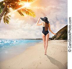 donna, camminare, in, uno, spiaggia tropicale