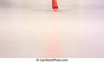 donna, camminata dentro, scarpe rosse, e, rosso, calza,...