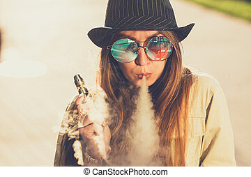 donna, carino, congegno, vaping, nero, toned, giovane, image., sunset., cappello, vape, ecig, hipster