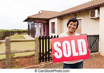 donna, casa, segno venduto, presa a terra, africano, fronte