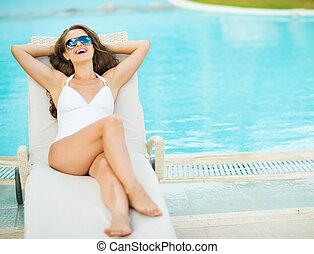 donna, chaise-lounge, posa, giovane, costume da bagno, ...