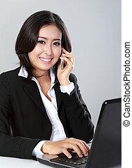 donna, chiamata, usando, telefono mobile