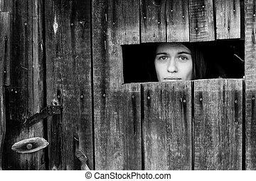 donna, chiuso chiave, legno, nero-e-bianco, photo., giovane, sbirciando, finestra., piccolo, attraverso, capannone