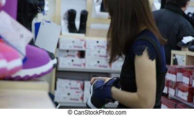 donna, chooses, scarpe, per, lei, bambino, in, uno, bambini, scarpe, negozio