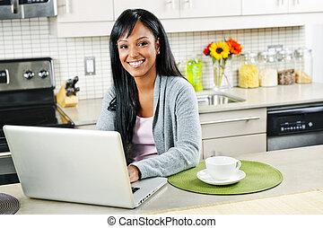 donna, computer usa, in, cucina