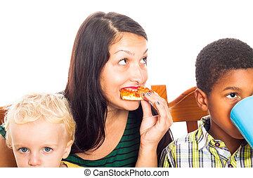 donna, con, bambini mangiando, pizza