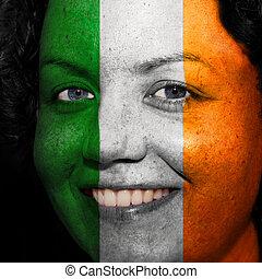 donna, con, bandiera, dipinto, su, lei, faccia, mostrare, irlanda, sostegno