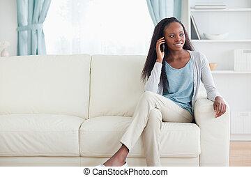 donna, con, cellphone, su, divano