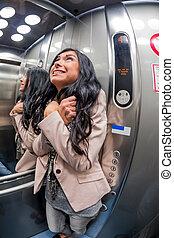 donna, con, claustrofobia, in, ascensore
