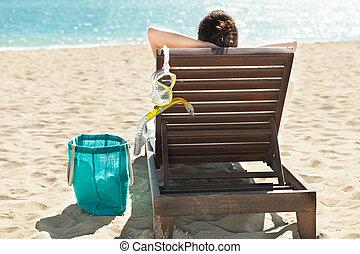 donna, con, maschera subacquea, rilassante, ponte, sedia, a, ricorso spiaggia
