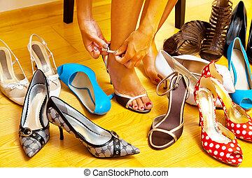 donna, con, molti, scarpe, scegliere, da