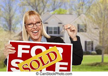 donna, con, segno venduto, e, chiavi, davanti, casa