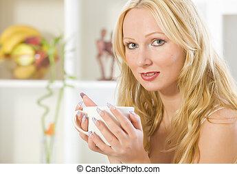 donna, con, tazza, tè, a casa