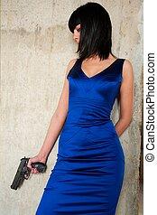 donna, con, uno, fucile, standing, appresso, uno, parete