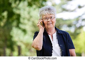 donna, conversazione, telefono mobile, anziano, detenere