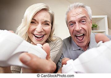 donna, coppia, gioco, gioco video, uomo, anziano, &, mensola