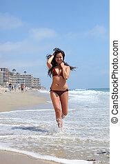 donna correndo, giovane, giocoso, bikini, asiatico, spiaggia