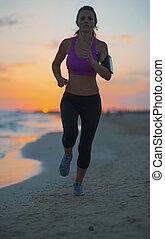donna, crepuscolo, giovane, correndo, idoneità, spiaggia