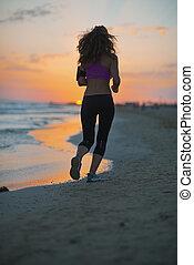donna, crepuscolo, giovane, correndo, idoneità, spiaggia, vista posteriore