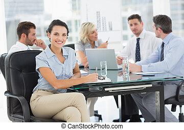 donna d'affari, colleghi, discutere, giovane, ufficio