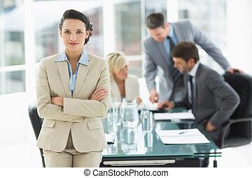 donna d'affari, colleghi, discutere, ufficio