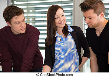 donna d'affari, colleghi, maschio, sorridente, ufficio