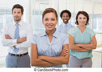 donna d'affari, colleghi, sorridente, ufficio